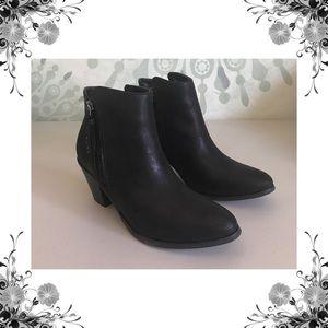 {N.Y.L.A.} Ayita Black Metallic Ankle Boots